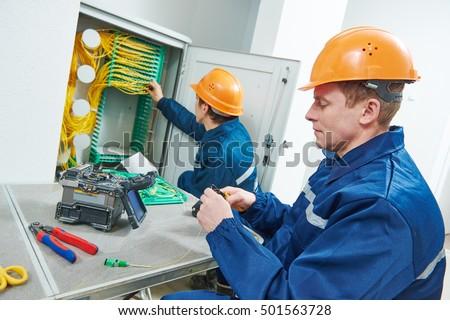 internet connection. fiber optic cable splice machine in work ストックフォト ©