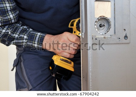 intervention to secure a door of an apartment