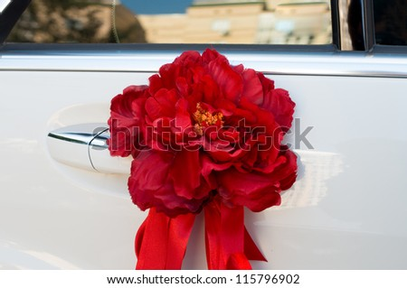 iskucstvennyy flower on handle of the car