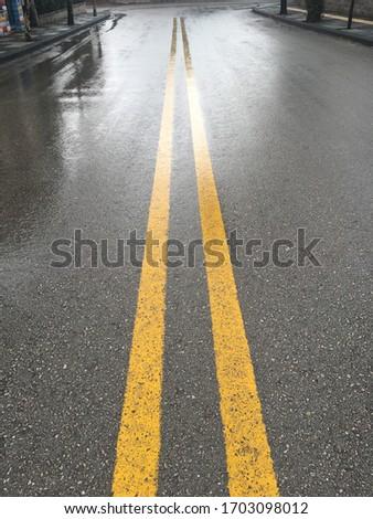 Islak asfalt. Boş yol. Empty road. Sarı şerit asfalt. Stok fotoğraf ©