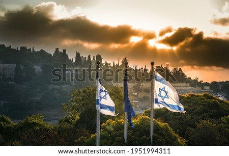 Israeli flags with dramatic stormy sunrise over Mount Zion, Jerusalem, which contains sites that are sacred to Judaism, Christianity and Islam Foto stock ©