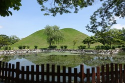 It is a royal tomb in South Korea. The tomb of the king is characterized by its grandeur. This tomb is located in Gyeongju and in a park.
