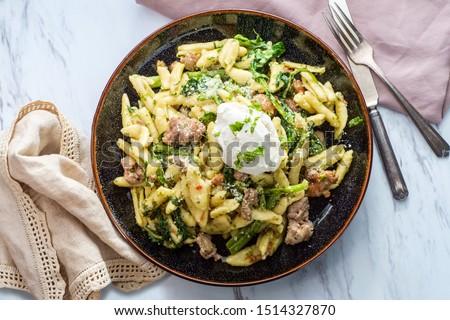 Italian spicy sausage ricotta cavatelli pasta and broccoli rabe Foto stock ©