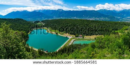 Italy, Trentino, Coredo Lake - 12 Juli 2020 - Panoramic view of Coredo lake with a view of the Campa group Foto stock ©