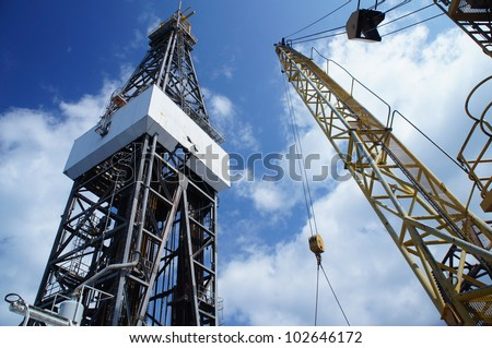 Jack Up Oil Rig (Drilling Rig) and Rig Crane - Offshore Drilling