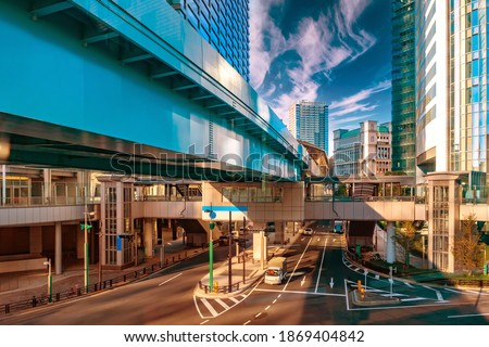 Japan. Business part of the Japanese capital. Pedestrian crossing from one high-rise building to another. Tokyo in the afternoon. Traffic on the streets of Tokyo. Architecture of the Japanese capital. Stock foto ©