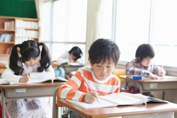 Japanese elementary school students to get to the desk