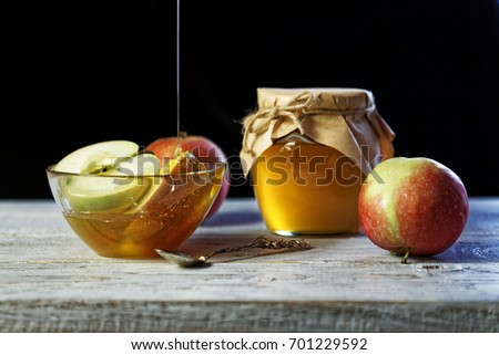 Jar of rustic honey and and apples on wooden table. Traditional celebration food for the Jewish New Year. Concept Rosh Hashana. Stockfoto ©