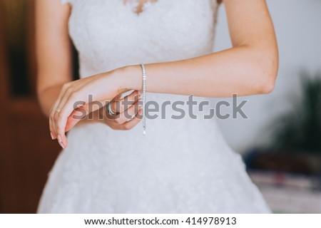 jeweler bracelet on the bride\'s hand