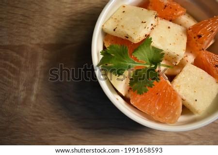 Jicama and cara cara orange salad, Latin citrus fresh side dish Foto stock ©