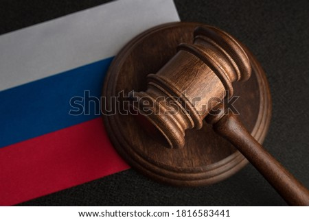 Judge Gavel and flag of Russian Federation. Law and justice in Russia. Violation of rights and freedoms. Stockfoto ©