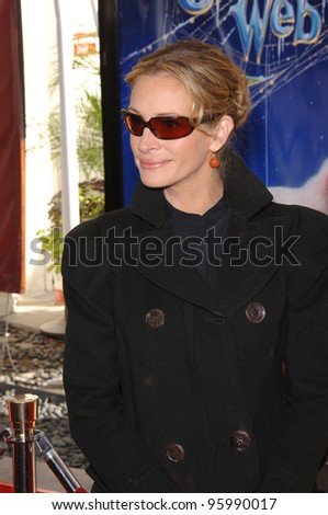 """JULIA ROBERTS at the Los Angeles premiere of her new movie """"Charlotte's Web"""" at the Arclight Theatre, Hollywood. December 10, 2006  Los Angeles, CA Picture: Paul Smith / Featureflash"""