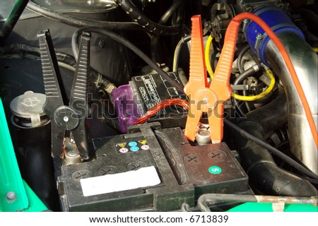 JUMPER CABLES ON AUTOMOBILE BATTERY. WINTER PROBLEMS