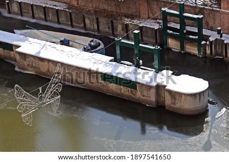 Kış mevsiminde, soğuk havada donan Porsuk Nehri'ndeki kayık Stok fotoğraf ©