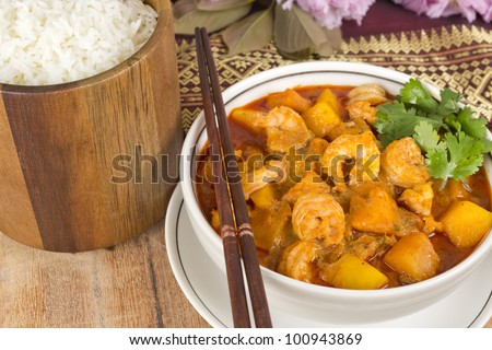 Kaeng Phet Kung (Choo Chee Kung) - Thai red prawn curry with pumpkin and mango served with rice.