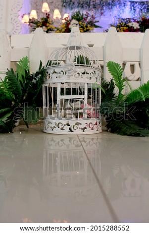 kandang burung kecil terbuat dari besi kawat, dipakai untuk dekorasi ruang, agar ruang terlihat lebih cantik dan antik. Stock fotó ©