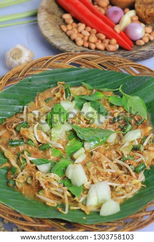 Karedok. Karedok is one of the Sundanese specialties in Indonesia, Made with raw vegetable ingredients, among others : cucumber, bean spouts, cabbage, long beans, basil leaves and eggplant.