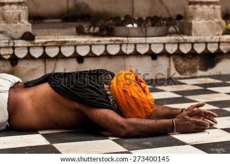 Karni Mata Temple, Deshnok, Rajasthan, India- An indian man showing his devotion by kissing the floor in the Karni Mata Rat temple.  Foto stock ©