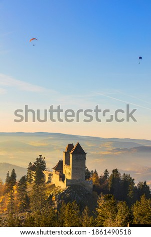 Kasperk Castle in a sunny autumn day. Kasper in the sun's rays, In the background 2 paragliders on a motor parachute. View from the Pusty Hradek viewpoint. South Bohemia, Sumava. Czech Republic Zdjęcia stock ©