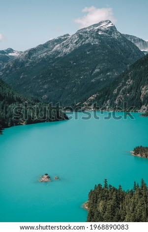 Kayakers kayaking on the turquoise blue waters of Diablo Lake from the Diablo Lake viewpoint in North Cascades National Park, Washington, USA. Foto stock ©