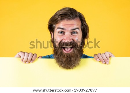 Keep smiling and carry on. wanted. empty paper for your information. barber concept. happy hipster with beard at paper sheet. empty place for copy space. need help. bearded man holding placate. Foto stock ©