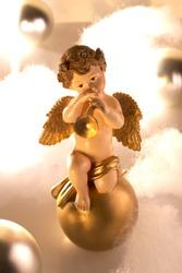 Keramikengel spielt Trompete in einer Weihnachtsdekoration.Ceramics angel plays trumpet in achristmas decoration.