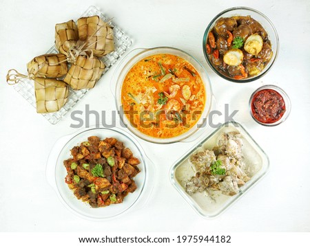 Ketupat Sayur special when Eid is served with, Opor Ayam, Sayur Godog Labu Siam, Sambal Goreng Hati, Telur Bumbu Petis. Special dishes during Eid al-Fitr and Eid al-Adha, especially in Indonesia. ストックフォト ©