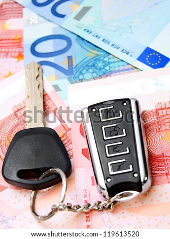 Key from the car on money.