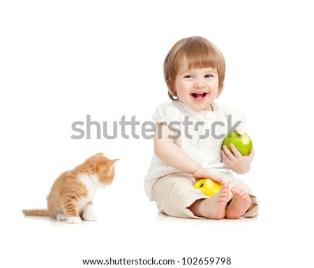 kid eating apples with cat