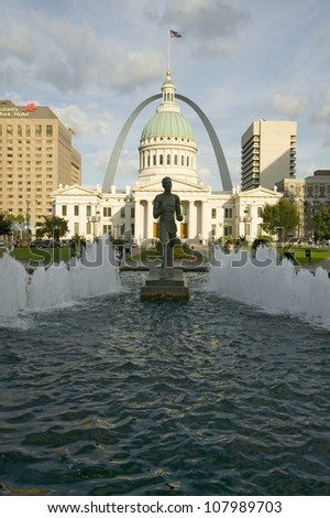 Kiener Plaza - �The Runner� fountain in front of historic Old Court House and Gateway Arch in St. Louis, Missouri
