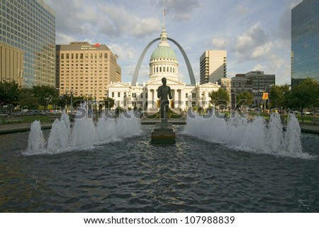 Kiener Plaza - ��The Runner�� fountain in front of historic Old Court House and Gateway Arch in St. Louis, Missouri