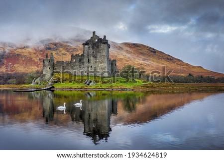 Kilchurn Castle on Loch Awe in the Scottish highlands near Glencoe and Oban. Historic castle in Scotland reflected in the loch with swans swimming past Foto stock ©