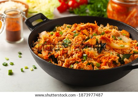 Kimchi cabbage with chicken. Prepared in a wok. Front view. Foto stock ©