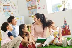 Kindergarten teacher tells the children stories