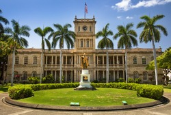 King Kamehameha statue in front of Aliiolani Hale (Hawaii State Supreme Court), Honolulu, Oahu, Hawaii, USA