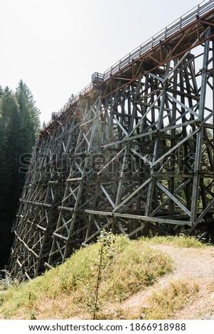 Kinsol Trestle or Koksilah River Trestle, a historic wooden railway trestle in Shawnigan lake on Vancouver Island, British Columbia, Canada Stockfoto ©