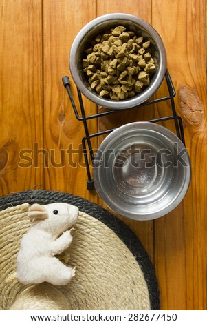 Kit contents domestic cat - dishes for water and dry food, a device for sharpening claws and a toy mouse.