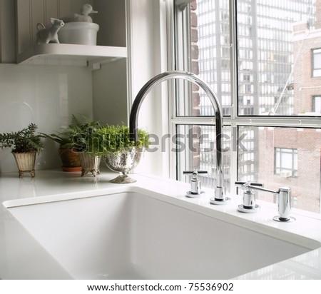 kitchen's faucet