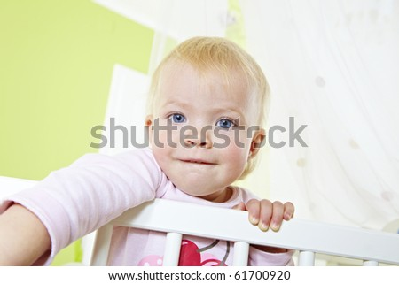 kleinkind im gitterbett - stock photo