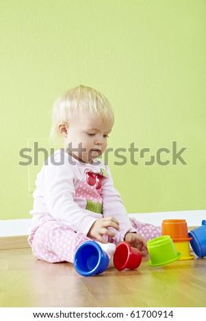 kleinkind spielt im kinderzimmer - stock photo