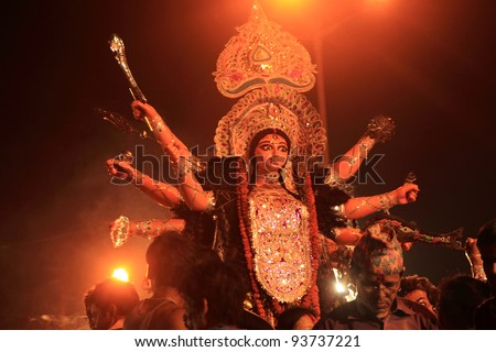 KOLKATA - OCT 17: Devotees bring huge Durga idol for immersing it in river during Durga Puja festival on October 17, 2010 in Kolkata, India. Durga puja is the biggest festival in West Bengal, India