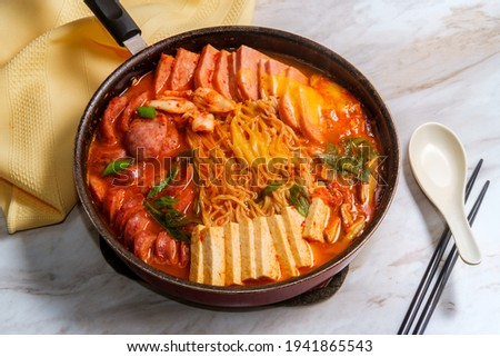 Korean comfort food army base stew also known as Budae-jjigae with sausage tofu and canned ham Foto stock ©