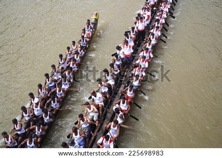 KOTTAYAM, INDIA - AUGUST 29 : Snake boat teams participate in the Thazhathangadi Boat race held on August 29, 2010 in Kottayam, Kerala, India.
