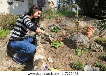 kr�¡sn�¡ ?ernovlas�¡ mlad�¡ d�vka pracuje na zahrad?