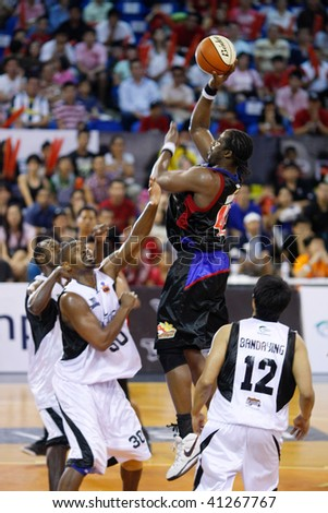 KUALA LUMPUR - NOVEMBER 15: Philippine Patriots' Jason Dixon shoots against the KL Dragons in the ASEAN Basketball League match. November 15, 2009 in Kuala Lumpur.