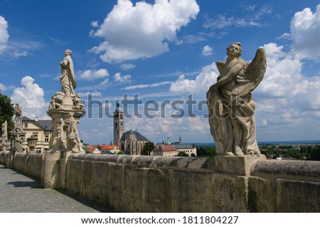 Kutna Hora, Czech Republic - 11 Aug 2010: Panoramic view of Kutna Hora medival city in Bohemia, Czech Republic. Statues in front of Jesuit College in Kutna Hora with St. James Church in background. Foto stock ©