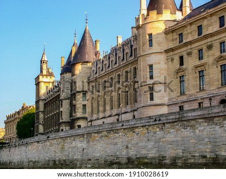 La Conciergerie on island Cite in Paris. View from the right bank of the Seine Photo stock ©