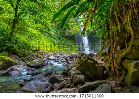 La Fortuna Waterfall in the forest with river, close to Arenal Volcano, Costa Rica national park. Central America. Foto stock ©