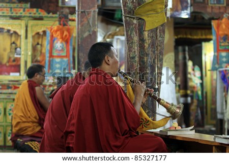 LADAKH - SEPTEMBER 4: Buddhist monks play music on trumpet and pray during the morning ceremony on Septemberr 4, 2011 in  Thiksey Gompa, Ladakh, India.