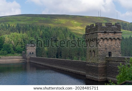 Ladybower Reservoir is a large Y-shaped reservoir, the lowest of three in the Upper Derwent Valley in Derbyshire, England. The River Ashop flows into the reservoir from the west; the River Derwent flo Zdjęcia stock ©